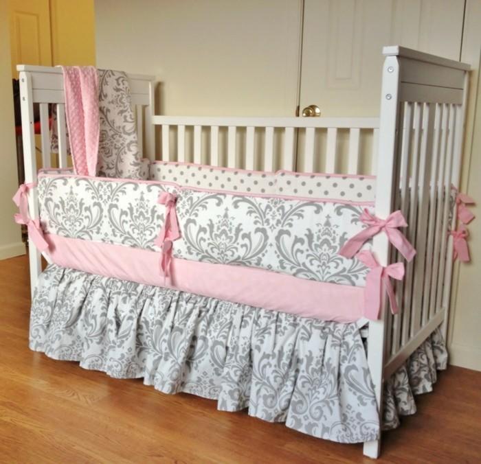 babybett-weiß-schöne-bettwäsche-in-grau-und-rosa