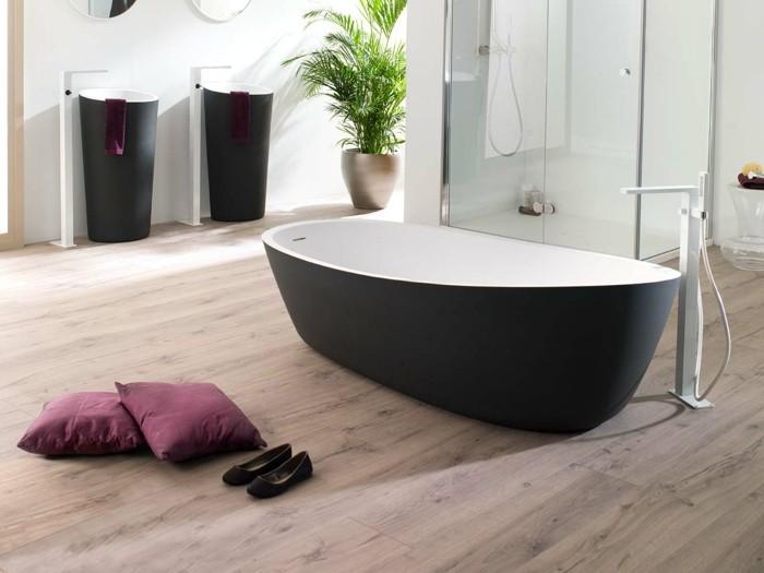 bad-bodenfliesen-in-holzoptik-badewanne-in-weiß-und-schwarz