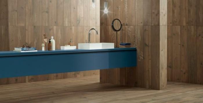 bad-bodenfliesen-in-holzoptik-langer-blauer-waschtisch-mit-weißem-waschbecken