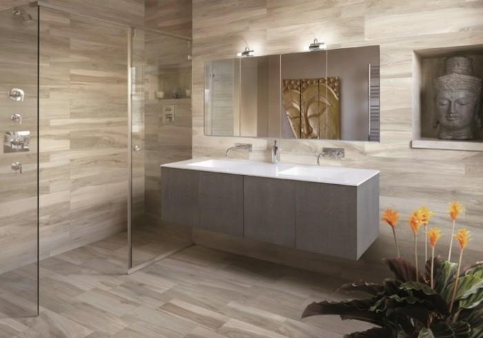 bad-bodenfliesen-in-holzoptik-moderner-badspiegel-gläserne-duschkabine-orange-blumen