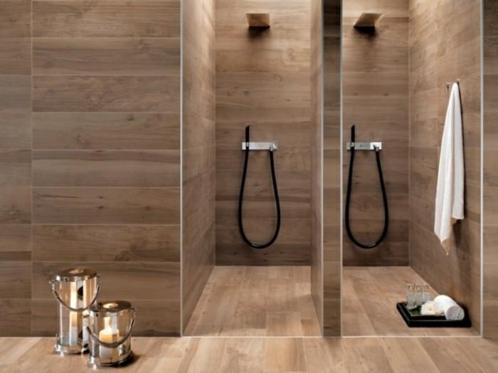 bad-bodenfliesen-in-holzoptik-zwei-kleine-duschkabinen