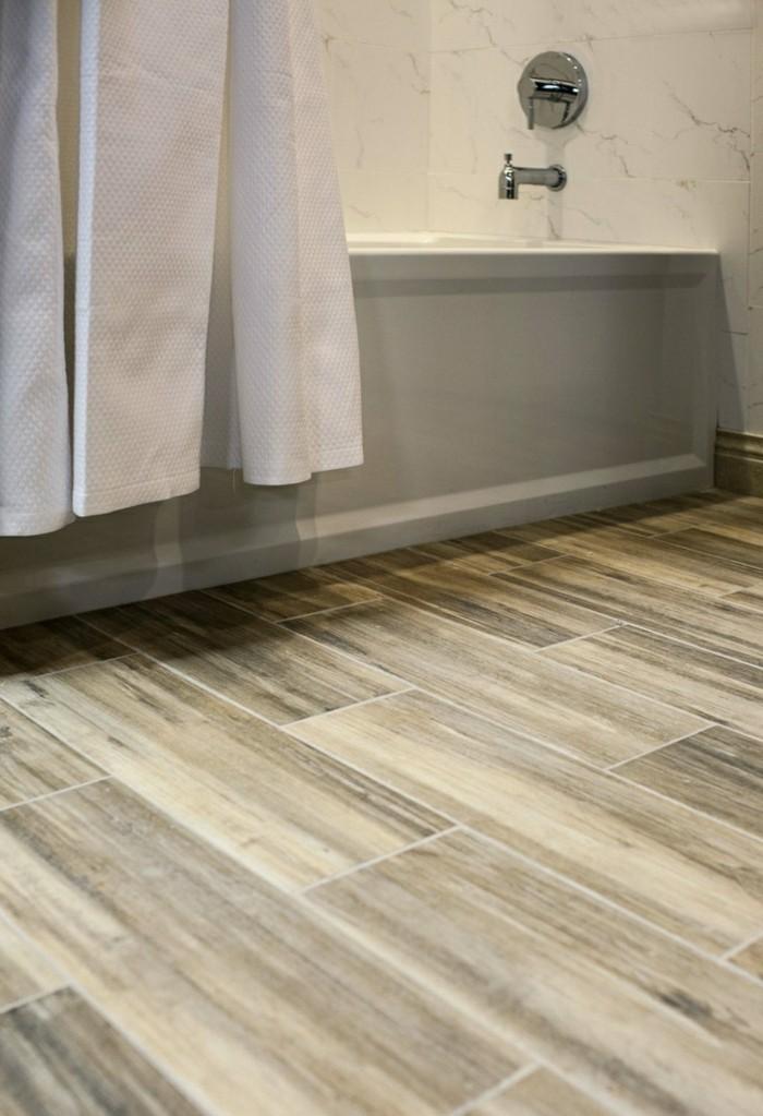 Badezimmer Bodenfliesen Holzoptik Duschlabine Badewanne Weiße Vorhänge