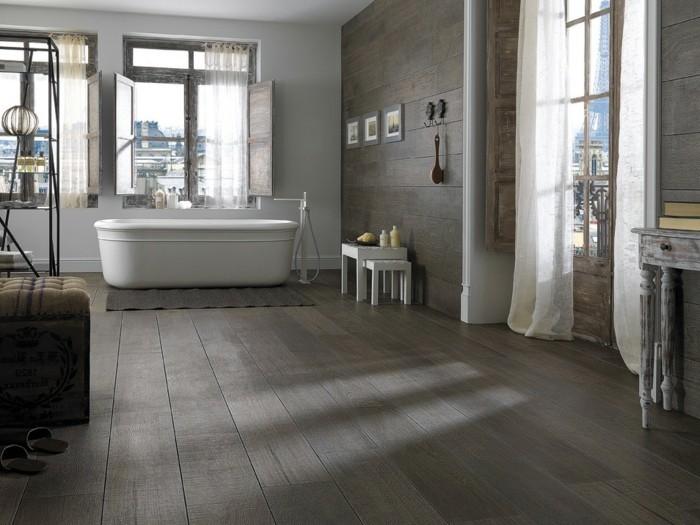 badezimmer-bodenfliesen-holzoptik-graue-farbe-weiße-badewanne