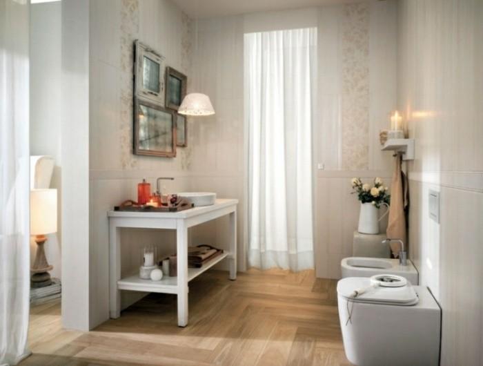 badezimmer-bodenfliesen-holzoptik-waschtisch-in-weiß-vintage-badspiegel