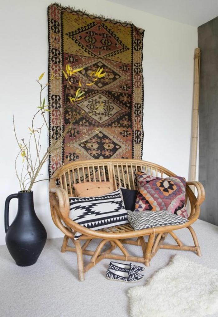 bequemer-Rattansessel-Couch-Teppich-als-Wanddekoration