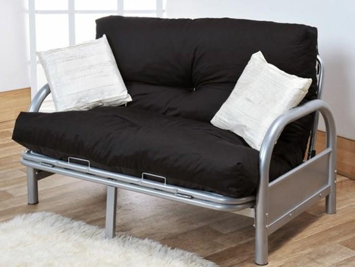 bequemes-schwarzes-Zweitsitzer-Sofa-mit-weißen-Kissen