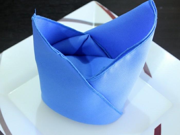 blaue-Serviette-auf-schöne-Weise-falten