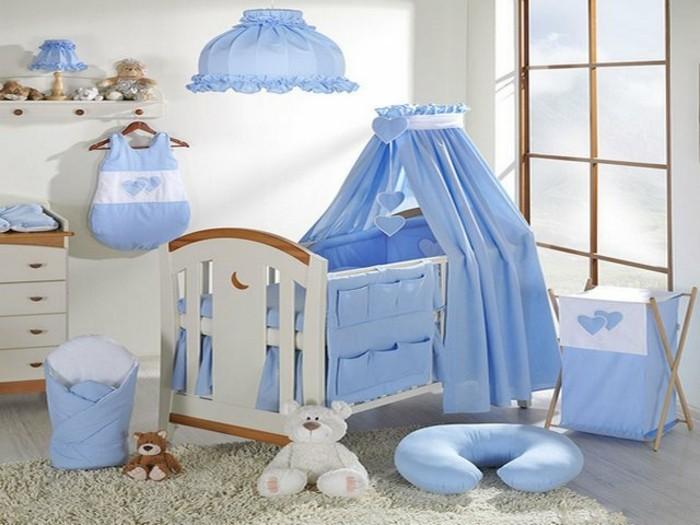 blaue-bettwäsche-süßes-baby-bettchen-im-babyzimmer