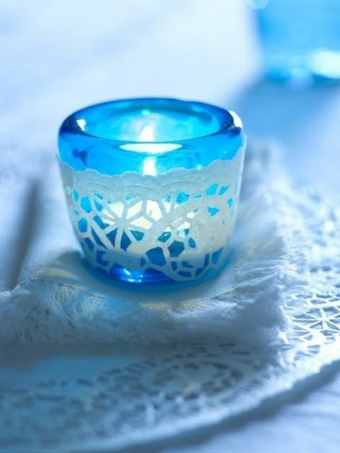 blaue-bild-kerze-mit-Schneeflocken
