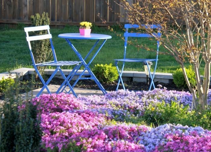 blaue-gartenmöbel-lila-blumen-gartengestaltung-ideen