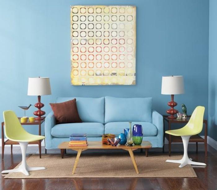 blaue-wände-im-wohnzimmer-mit-schönen-möbelstücken
