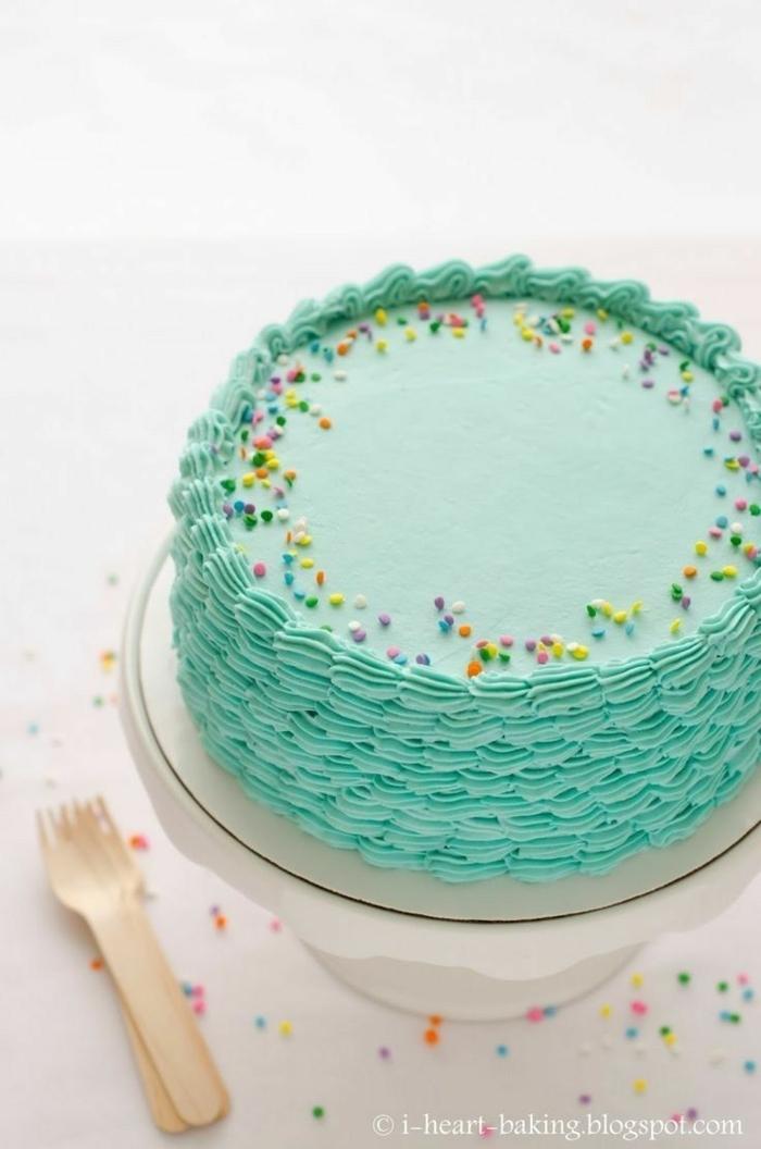 blauer kuchen mit bunten streuseln geburtstagstorte rezept für erwachsene oder kinder torte selber machen ideen