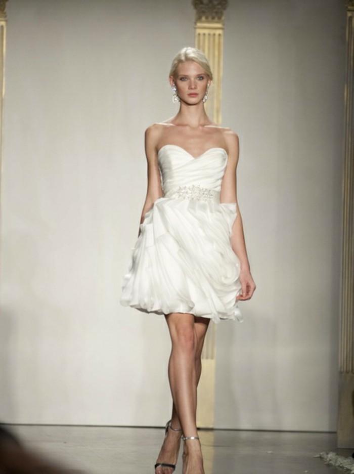 blonde-dame-in-einem-kurzen-weißen-kleid-herrliches-modell