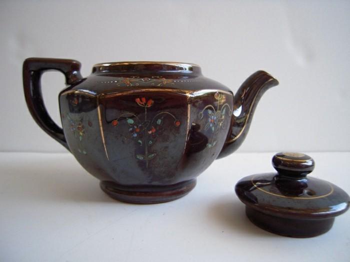 braune-asiatische-teekanne-mit-blumenmuster