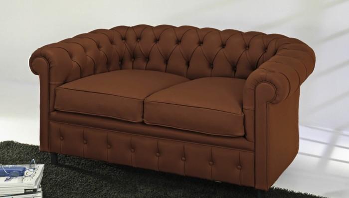 braunes-Zweisitzer-Couch-mit-großen-Kissen
