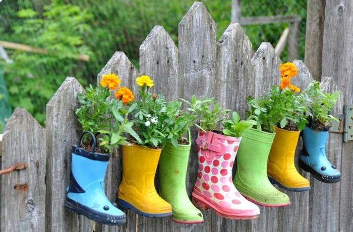 bunte-stiefel-mit-blumen-am-zaun-kleine-gärten-gestalten