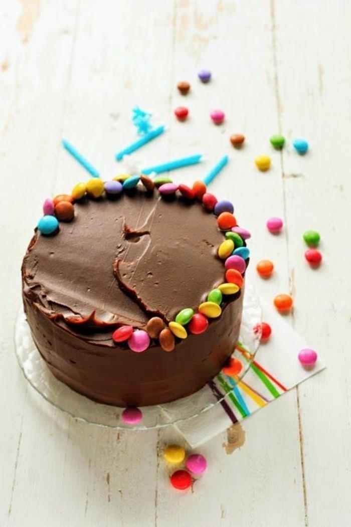 coole-Idee-für-Schokoladentorte-dekoriert-mit-bunten-Bonbons