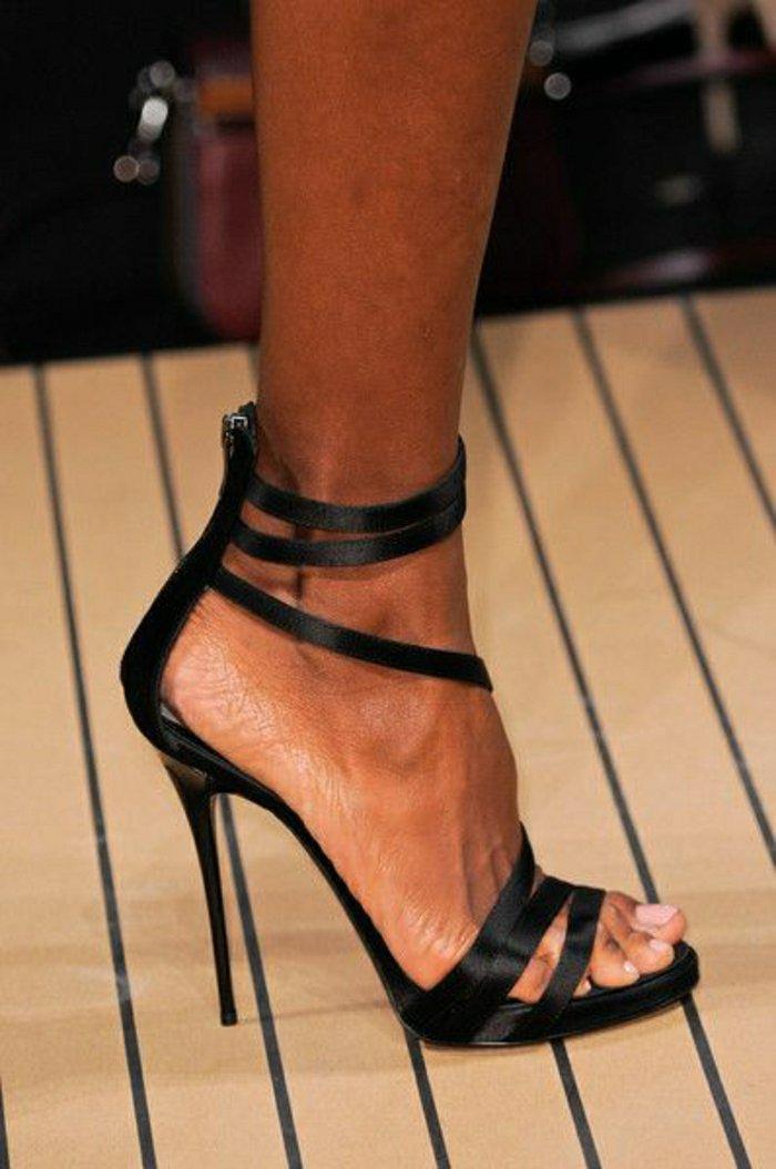 cooles-Modell-schwarze-Sandaletten-mit-Absatz