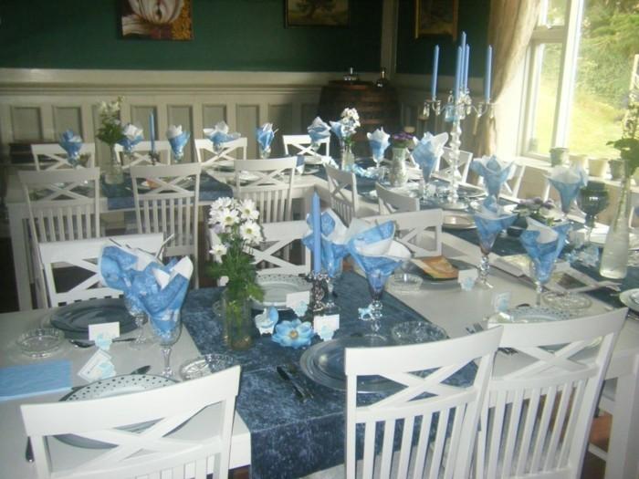 deko-für-taufe-blaue-servietten-und-kerzen-auf-den-tischen