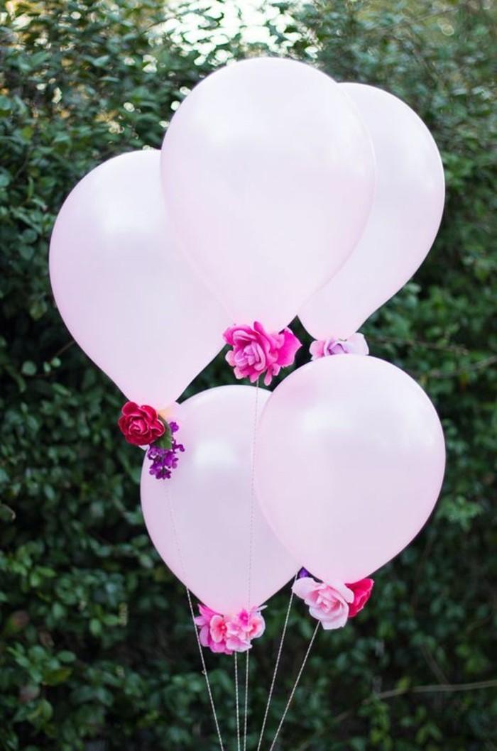 deko-zur-taufe-ballons-mit-kleinen-rosen-verziert-im-schönen-garten