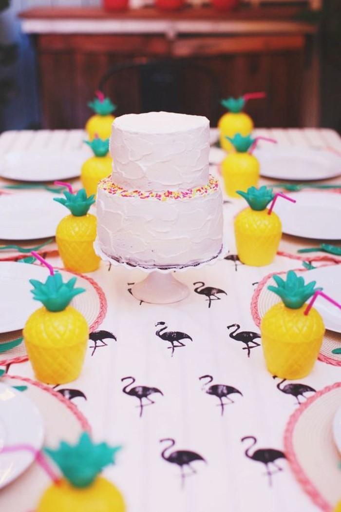 deko-zur-taufe-weiße-süße-torte-und-kreative-gelbe-dekorationen