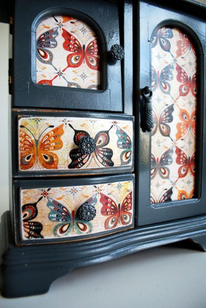 dekorierter-Schrank-mit-vielen-Schmuckkästchen