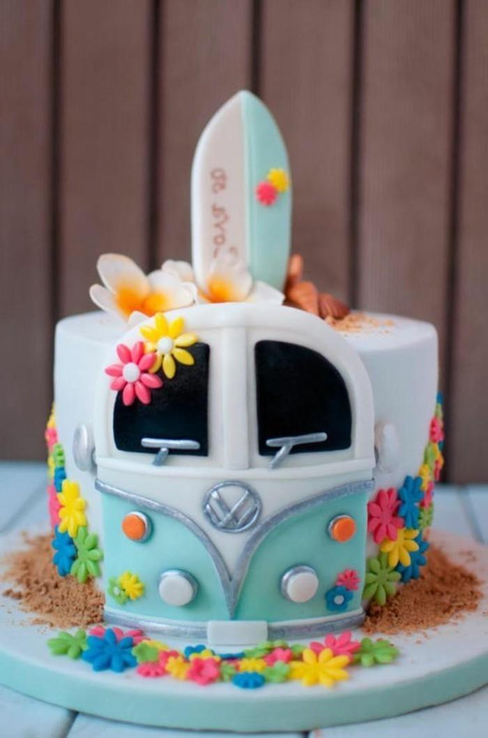 dekorierter-bunter-Geburtstagskuchen-in-der-Form-von-Volkswagen-Van
