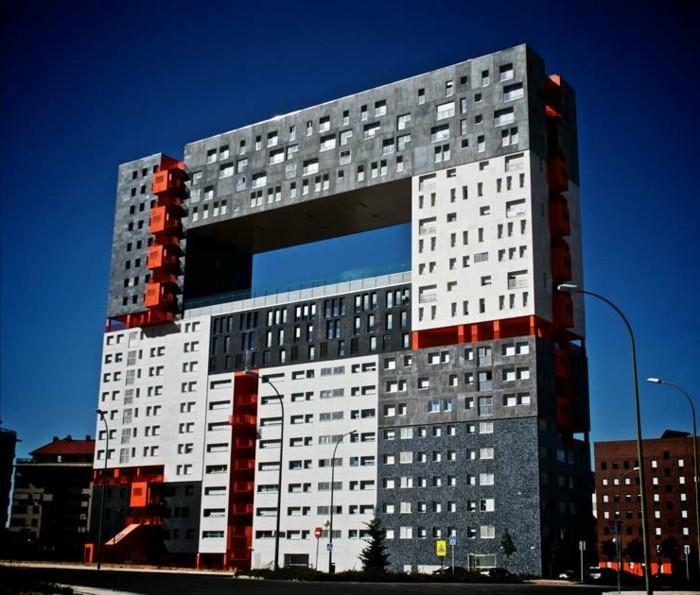 der-postmoderne-Wolkenkratzer-in-Madrid