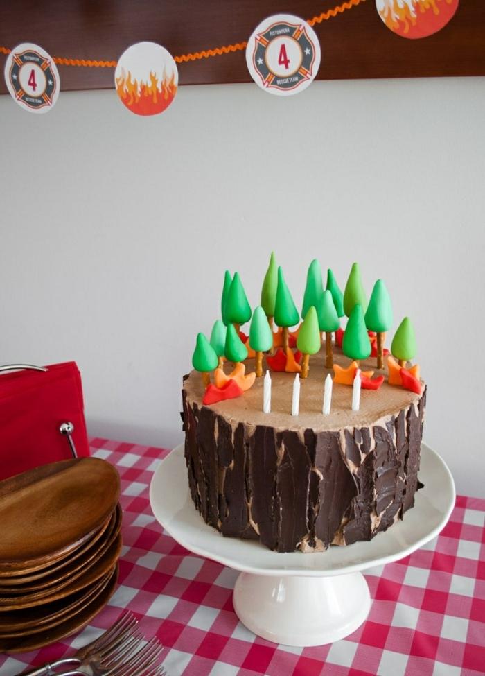 diy-geburtstagstorte-kind-party-schokoladentorte-mit-grünen-deko-bäumen-geburtstagskuchen-rezept-inspiration-rot-weiße-tischdecke
