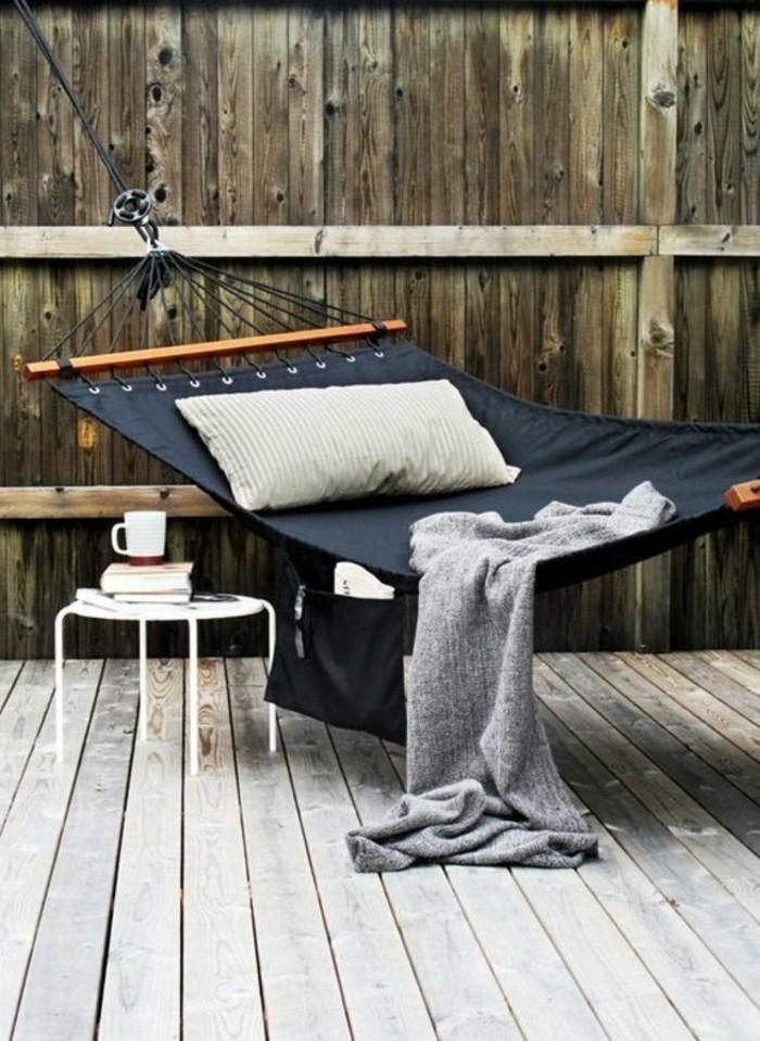 h ngematte auf dem balkon urlaub zu hause. Black Bedroom Furniture Sets. Home Design Ideas