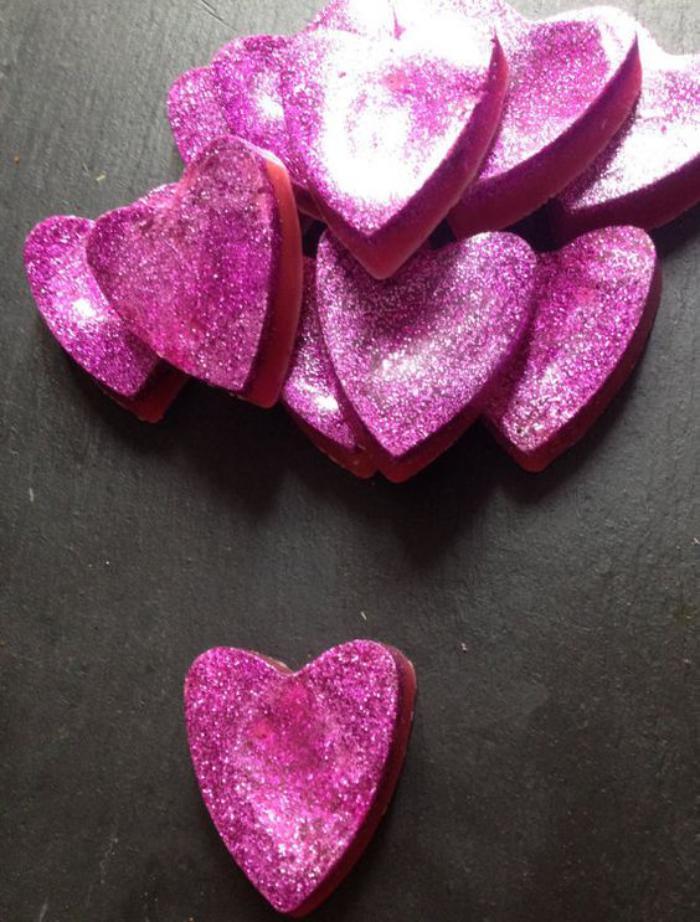 duftende-Herzen-in-Zyklamen-Farbe-bedeckt-mit-Glitzer