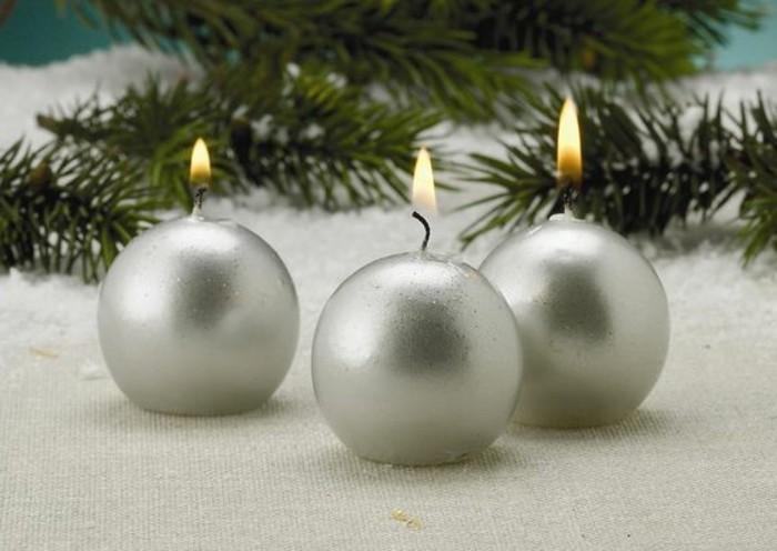 duftkerzen-wie-silbere-weihnachtskugeln-geformt