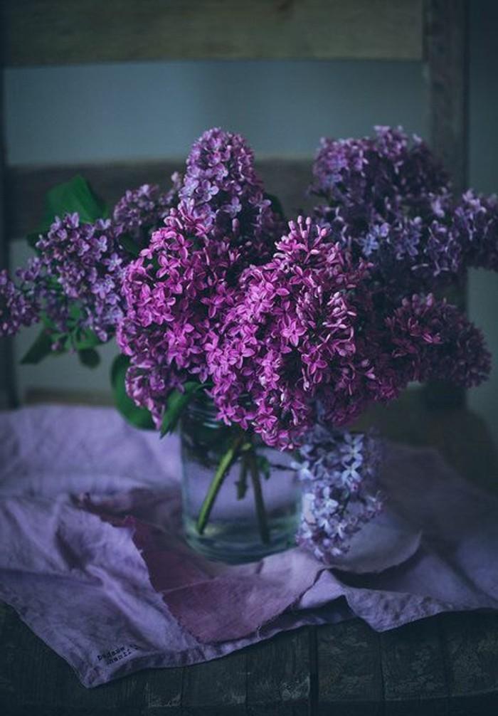 lila-Blumen-Fotos-dunkles-vintage-Foto-Vase-mit-Flieder