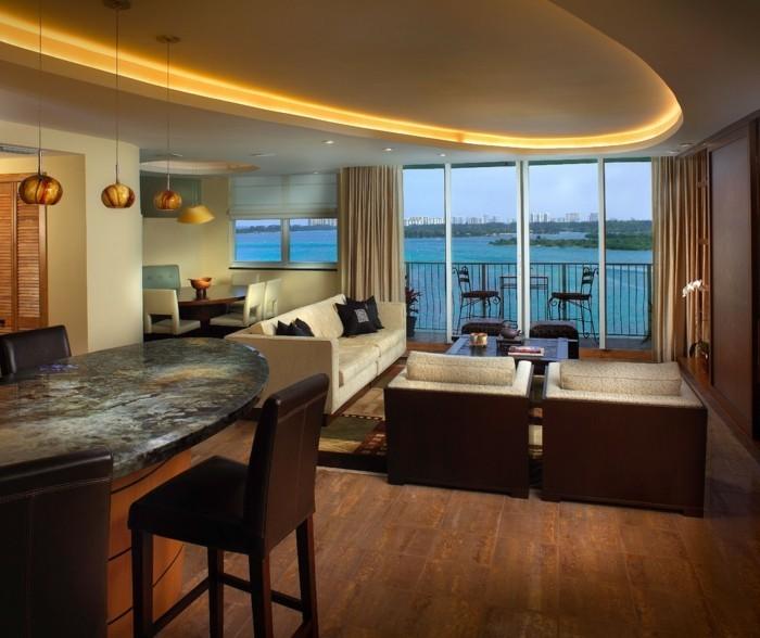 effektvolle-deckengestaltung-wunderschönes-wohnzimmer-design-große-fenster