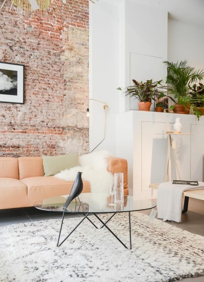 effektvolle-wohnzimmer-wandgestaltung-schöne-ziegelwand-elegantes-sofa