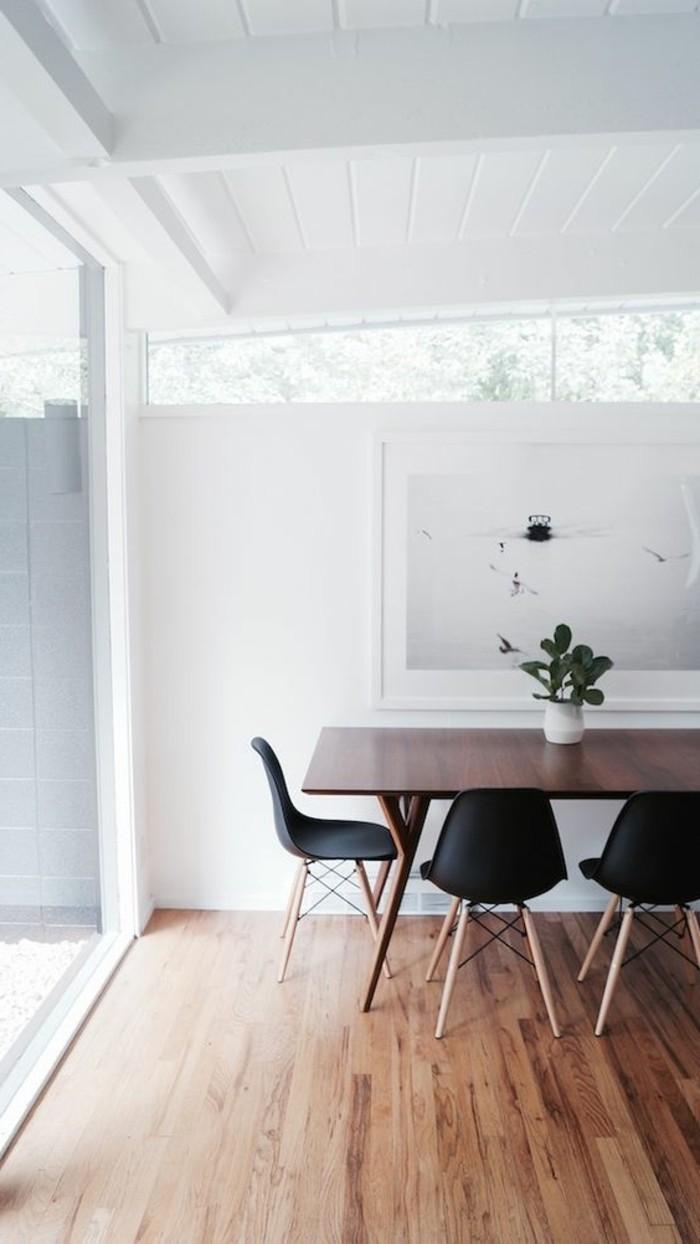 wohnzimmer boden idee:hölzerner tisch und schwarze stühle im zimmer mit wunderschöner