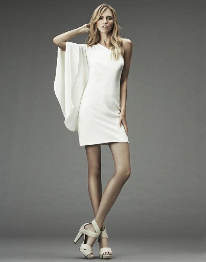 effektvolles-weißes-kleid-schhe-mit-höhen-absätzen