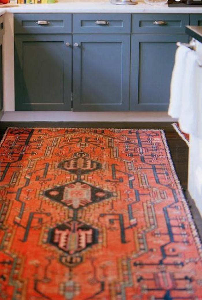 ein-roter-persischer-Teppich-mit-Rhomboiden