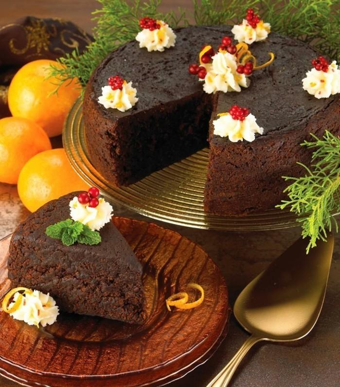 einfache-Schokoladentorte-mit-fantastischer-Dekoration