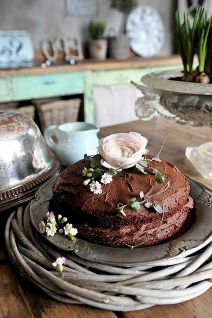 einfache-Torte-mit-Schokoladencreme-in-rustikalem-Stil