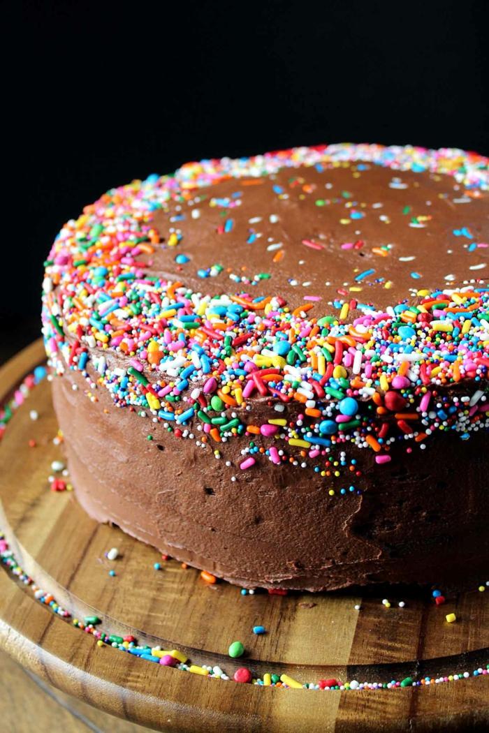 einfache kuchenrezepte schokoladenkuchen dekoriert mit bunten streuseln torte geburtstag selber machen