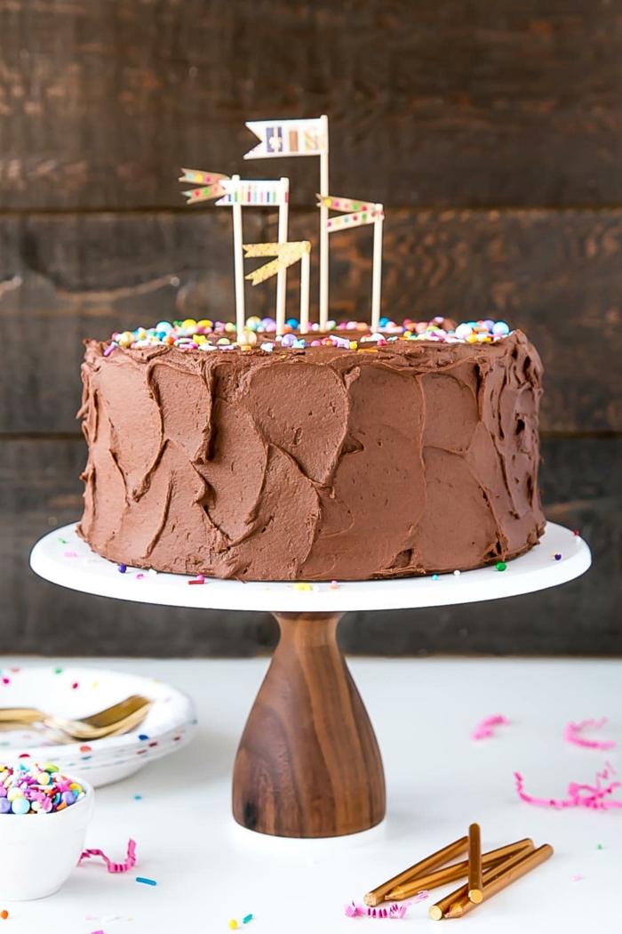 einfacher geburtstagskuchen mit schokolade ideen schokoladentorte geburtstag dekoriert mit kleinen fahnen