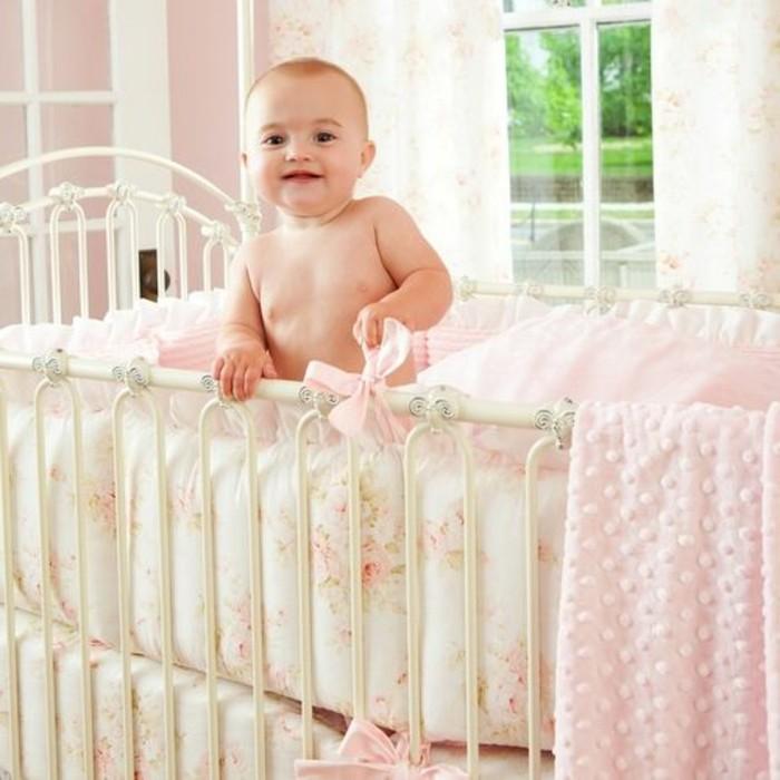 einmaliges-design-baby-kinderbett-mädchen-helle-farben