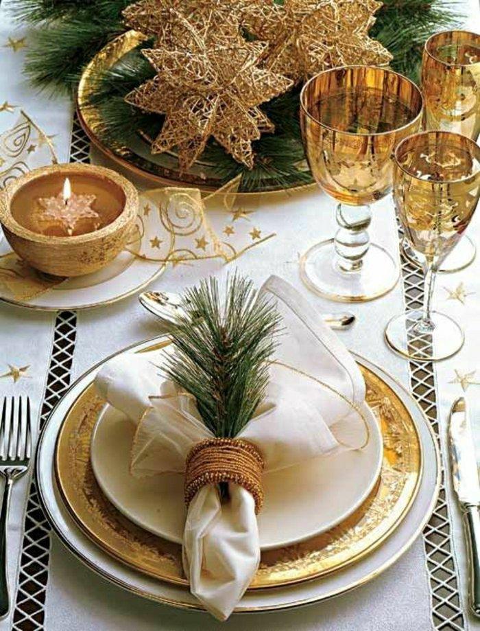 elegante-Tischdekoration-für-Weihnachten-mit-goldenen-Motiven