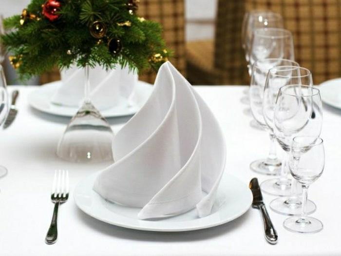 elegante-Tischdekoration-in-Weiß-Serviette-mit-ungewöhnlicher-Form