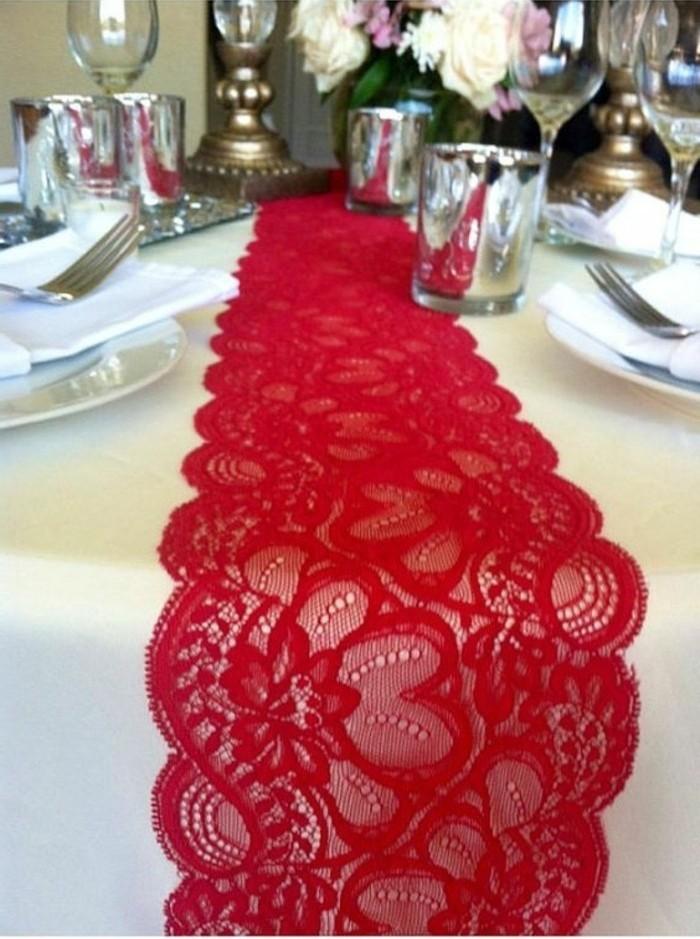 elegante-Tischdekoration-mit-roter-Spitze-als-Tischläufer