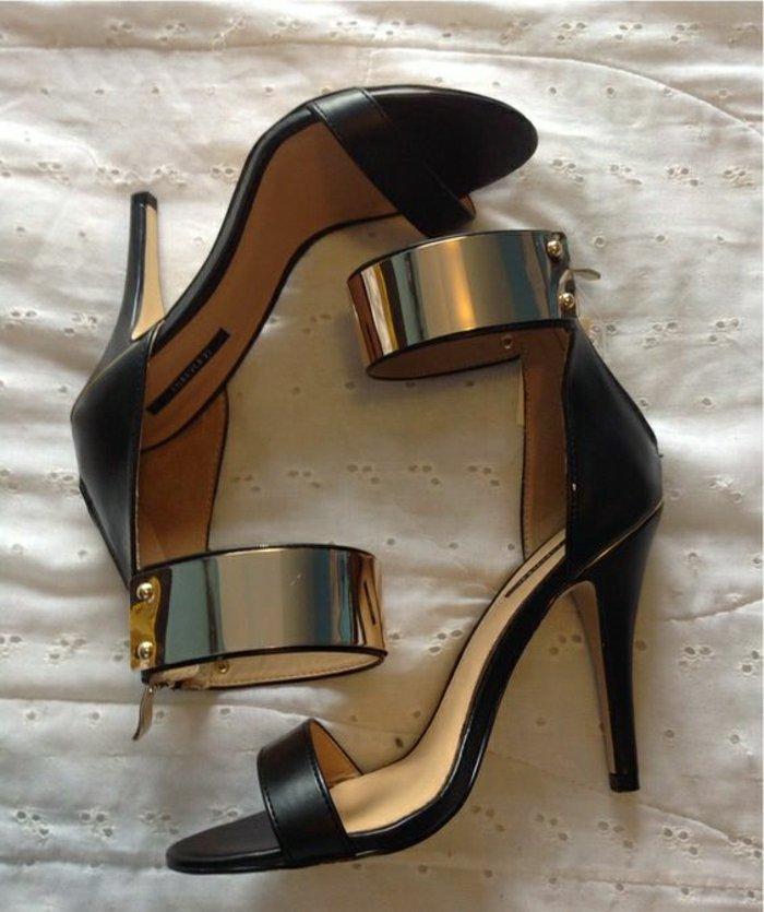 elegante-schwarze-Sandalen-mit-Absatz-mit-goldenen-Elementen