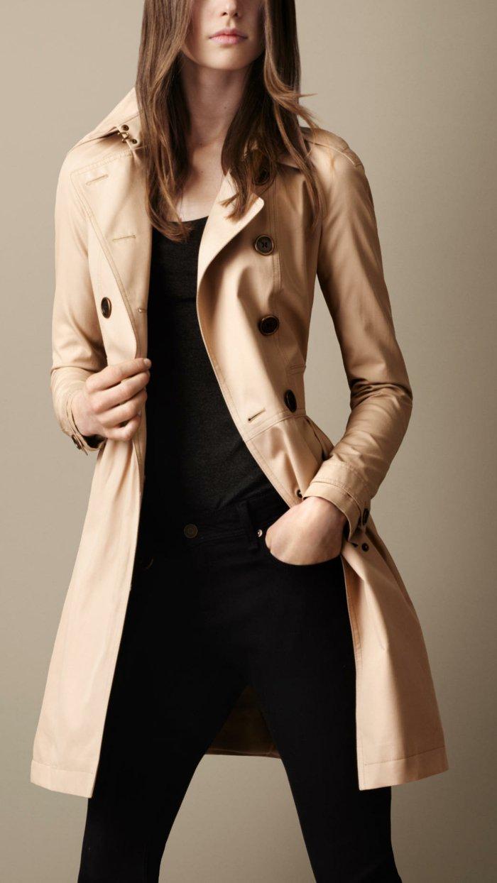 eleganter-Burberry-Trenchcoat-in-Pastellfarbe