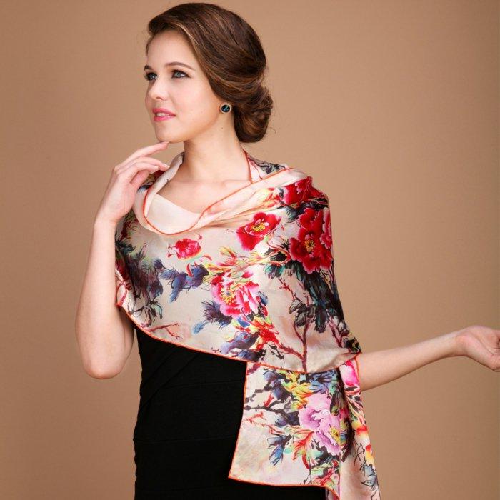 eleganter-Damenschal-mit-floralen-Motiven