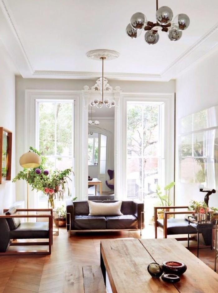 eleganter-kronleuchter-modernes-wohnzimmer-weiße-wände